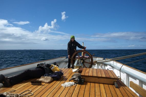 Solo sailing on board a tall ship