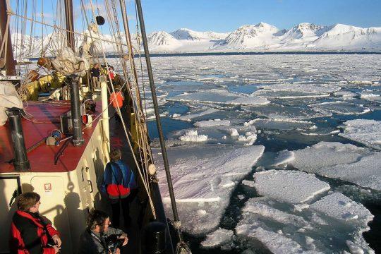 Noorderlicht-svalbard-sailing-adventure-snow