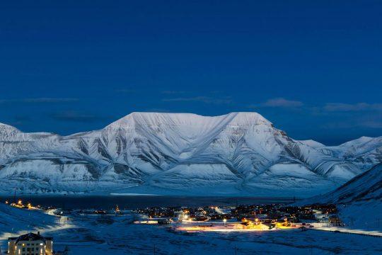 Noorderlicht-svalbard-sailing-night-mountains