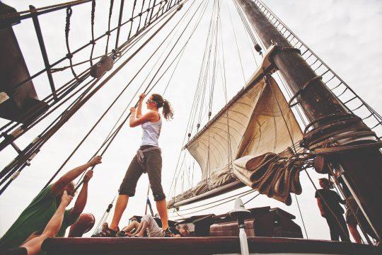 Oosterschelde Guests hoisting sails